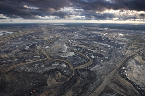 (Tar sands mine in Alberta credit: Peter Essick/National Geographic)