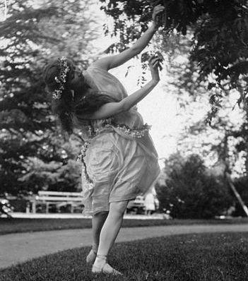 351px-Woman_dancing_(4203232615)
