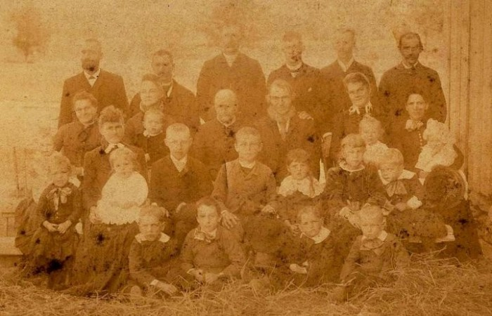 Henry and Johanetta, second row, center right, with some of Hnery's children and grandchildren