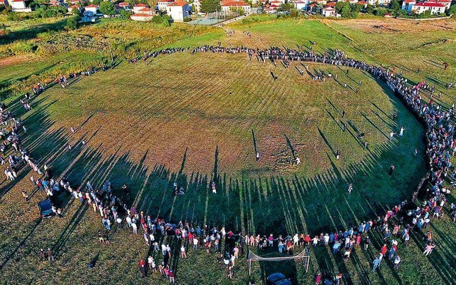 Tranós Chorós, the annual 'great dance' of the Vlachs of Vlastí, Kozáni, Greece (photo: public domain)