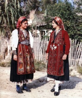 Greek Vlach women in traditional costume, aprons embroidered with ancient symbols of the Tree of Life (photo: public domain)